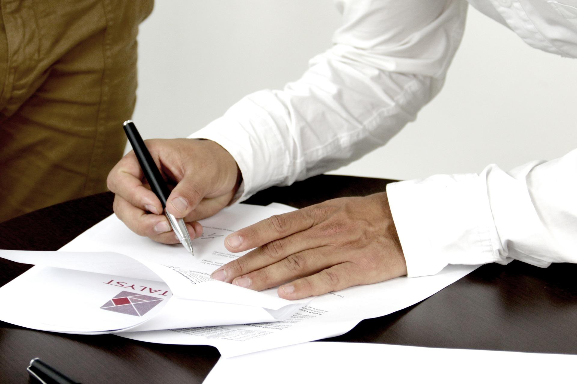 Personnes signant un contrat