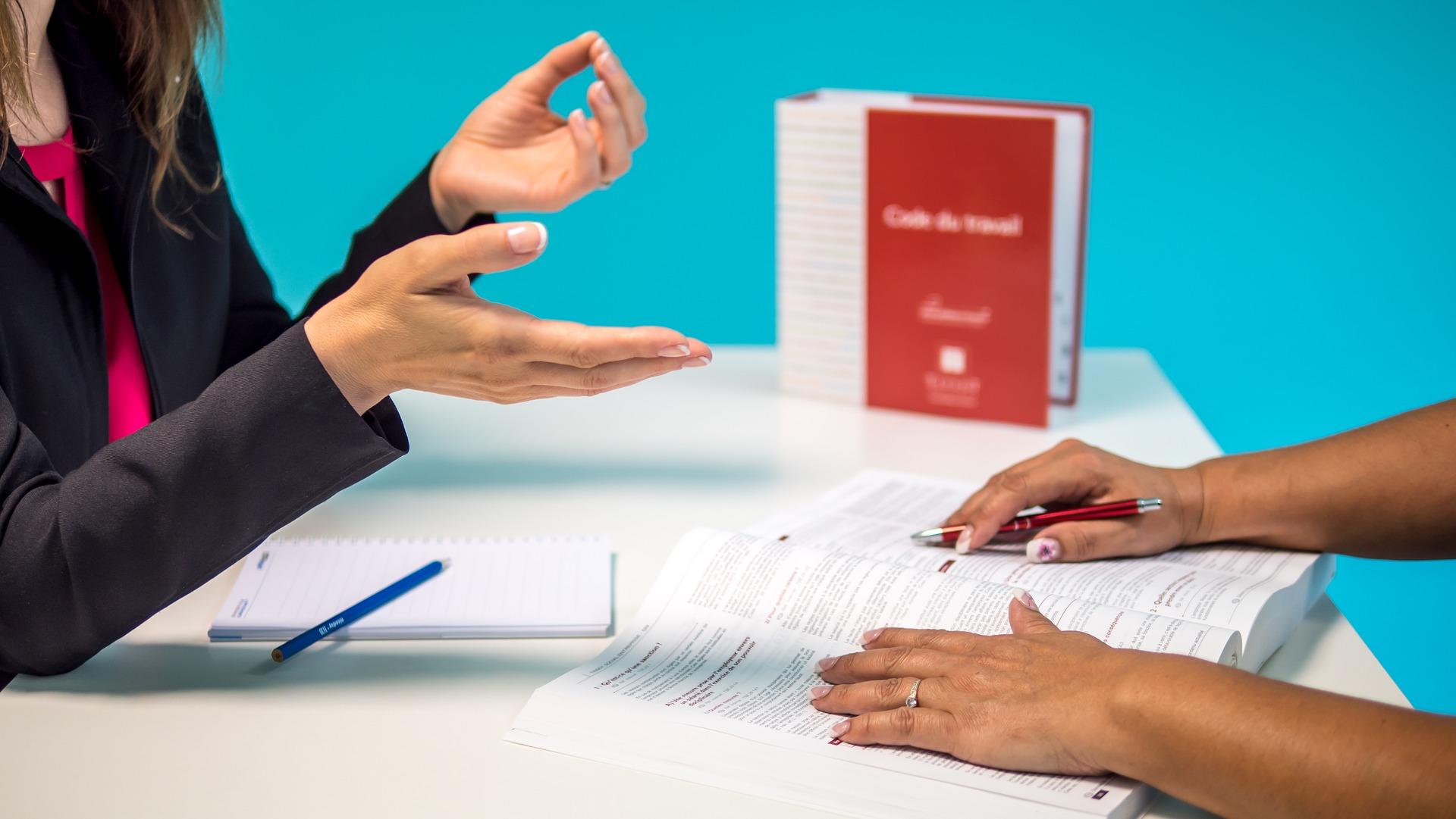 Personnes en réunion parlant de la gestion des risques au sein de l'entreprise